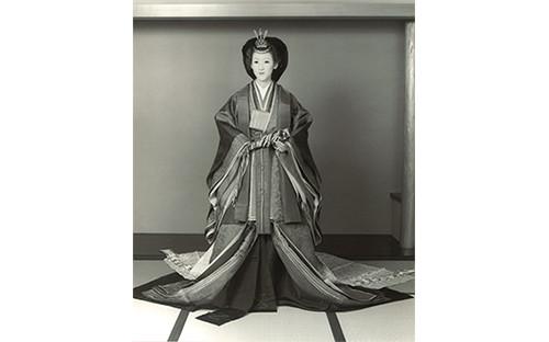 初代 山﨑伊久江が、皇太子ご成婚の際、美智子妃の十二単衣紋者 八束清貴 青山鋹夫氏の助手をつとめる